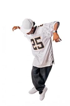 Молодой танцор хип-хопа на белом