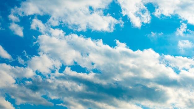 Голубое небо с пухлыми белыми облаками