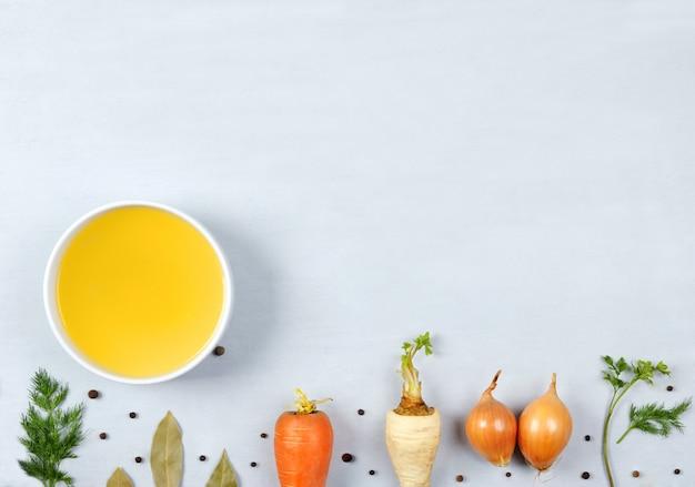 グレーのプレートのスープ。