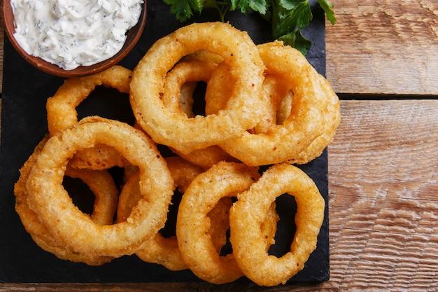 Жареные луковые кольца в кляре с соусом