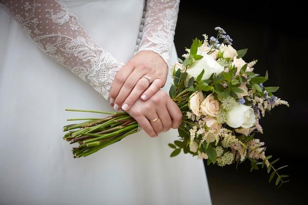 花の花束を保持している女性の手