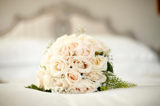 白いバラのブライダルブーケ