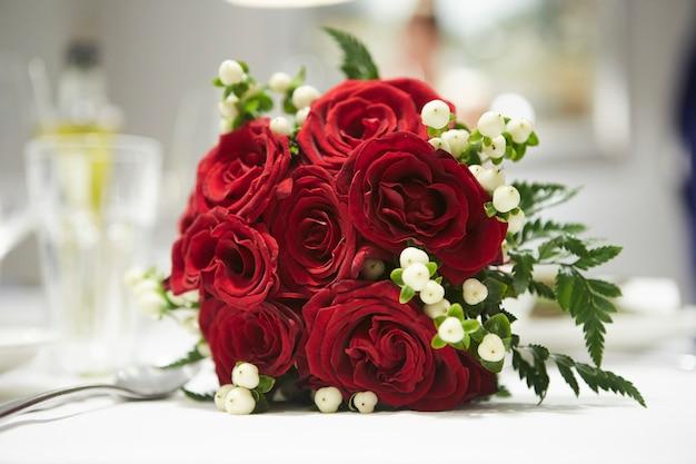 赤いバラ。花のアレンジメント
