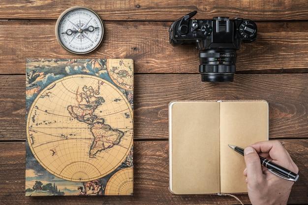 空のノートに手書きの木製オフィスデスクテーブル