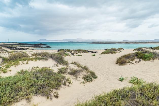 Вид на национальный парк корралехо на острове фуэртевентура, с пляжа исла-де-лобос