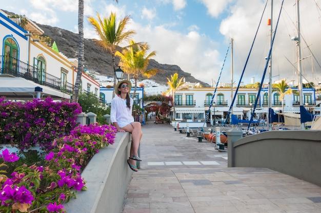 Молодая женщина, наслаждаясь на пристани