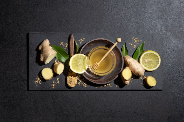 Мед, лимон и имбирь на доске