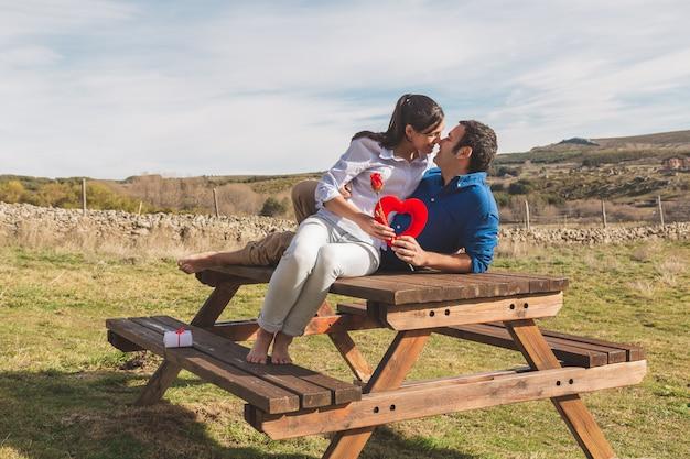 若いカップルを抱き締めると一緒に田舎で過ごす時間を楽しんで