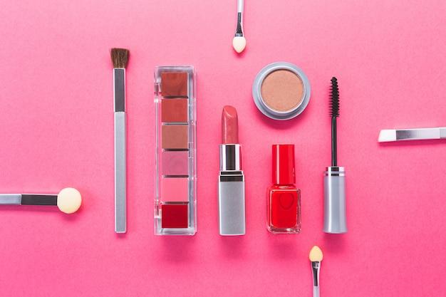 さまざまな化粧品、トップビューで構成。美容製品とファッションのコンセプト。