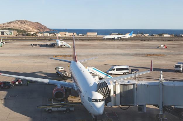 Самолеты на взлетной полосе, готовятся к взлету и вылету. аэропорты и путешествия на самолете концепции.