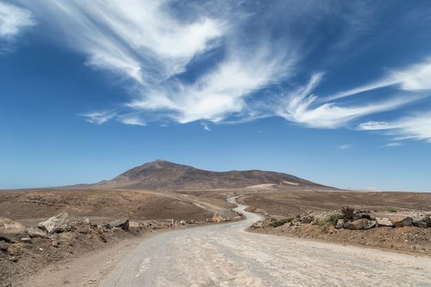 スペインのランサローテ島の砂漠の道