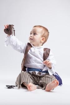 コインと紙吹雪で遊んで海賊に扮した幸せな白人少年。小さな男の子と衣装のコンセプトです。