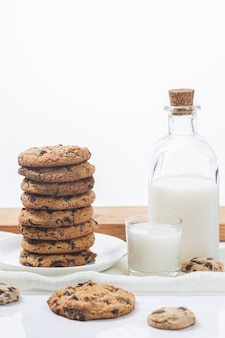 Шоколадное печенье и молоко на белой поверхности