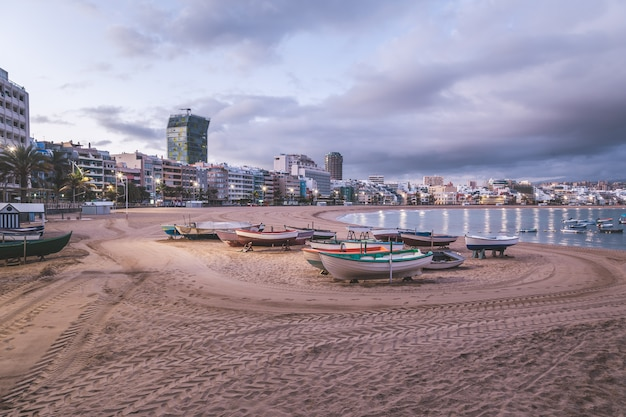 Восход солнца на пляже лас-кантерас в лас-пальмас-де-гран-канария