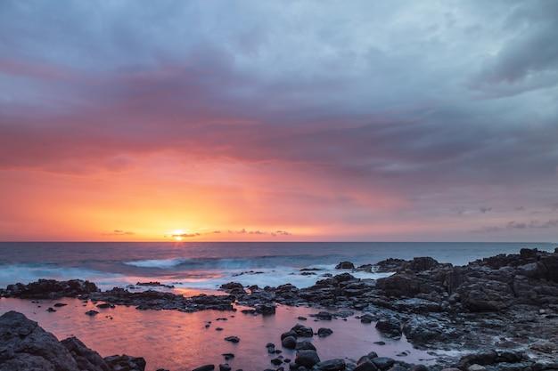 スペイン、フェルテベントゥラ島カナリア諸島コティージョビーチの夕日