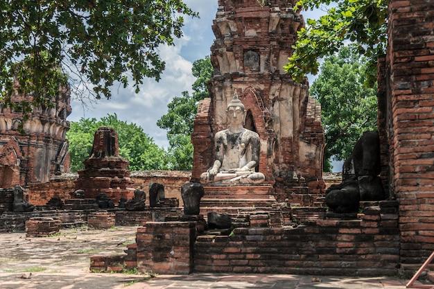 Будда, аюттхая исторический парк в таиланде