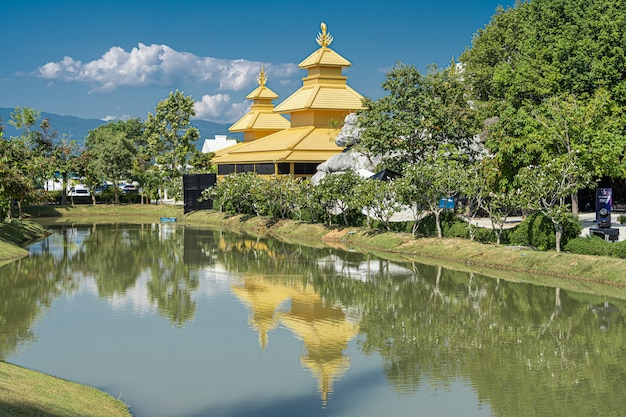 タイ北部の湖に映る黄色い寺院