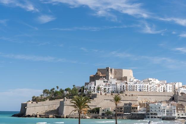 Пенискола, испания. побережье азахара недалеко от валенсии, известное испанское место отдыха, путешествие общие образы