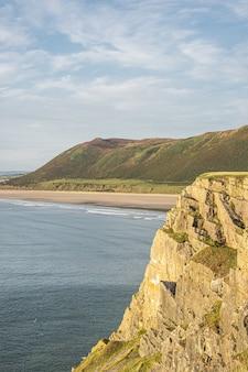 澄んだ空と青い海と地平線の素晴らしい景色。