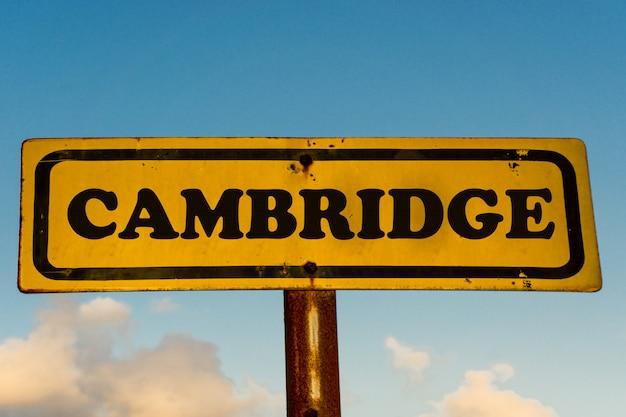 ケンブリッジシティ古い黄色の看板と青い空