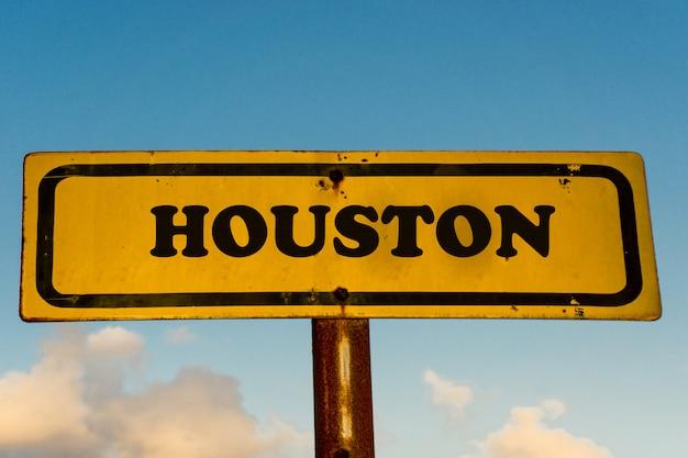 Город хьюстон старый желтый знак с голубым небом
