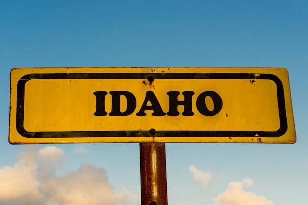 青い空と古い黄色の看板にアイダホ州