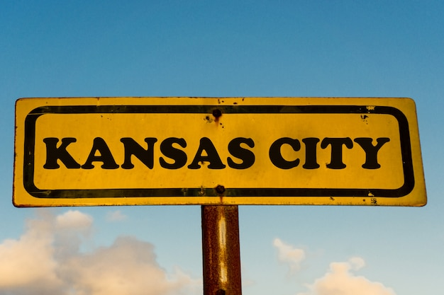 カンザスシティ市古い黄色の看板と青い空
