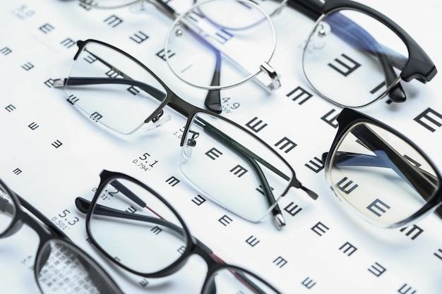Очки и глазная диаграмма на белом фоне