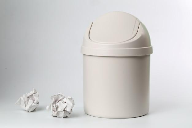 白い背景にプラスチックゴミ箱
