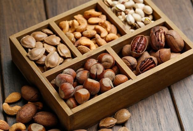 木箱のいろいろなナッツ