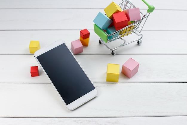 Мобильный телефон и корзина для покупок, интернет-магазины, концепция мобильной покупки