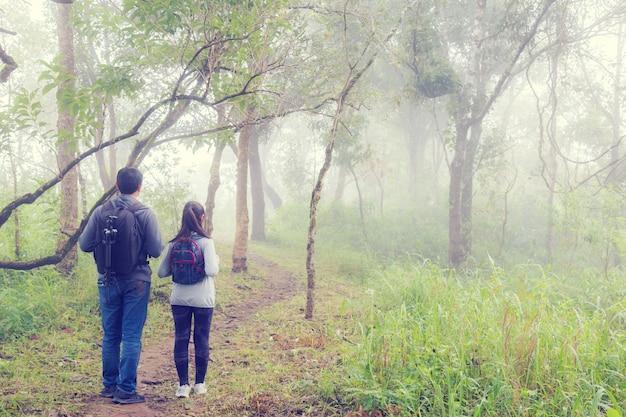 アジアハイキングの後ろに父と娘のバックパック