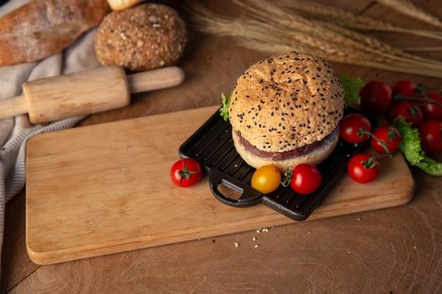 木製テーブルの上に自家製のハンバーガー。