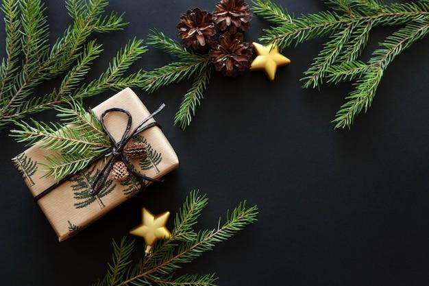 黒の背景にクリスマスプレゼント。