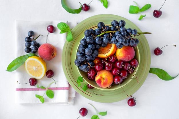 大皿にさまざまなフレッシュフルーツ