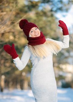 雪の中で外にジャンプする女性