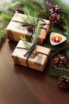 クリスマスプレゼント。燃えるろうそくとクリスマスツリーの枝。
