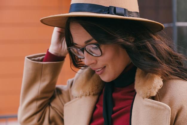 メガネと帽子の若い女性