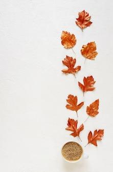 Листья, окрашенные золотой краской на белом