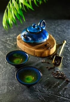 中国茶の儀式。オリエンタルティーメイキングティーセレモニー。ティーテーブルのセットアップ。