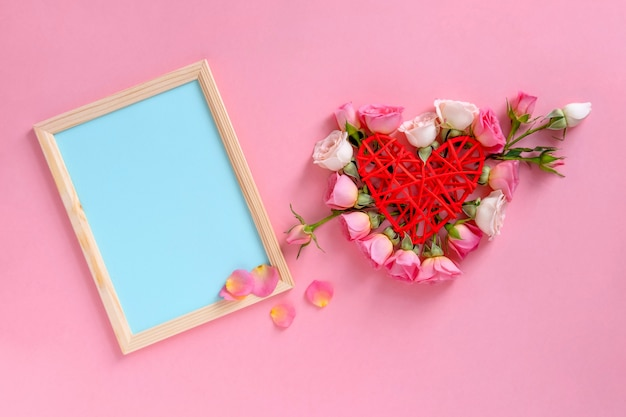 День святого валентина . форма сердца из цветов. день святого валентина фон. розы на фоне пастельных розовых.