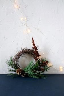 白い壁にクリスマスリース。