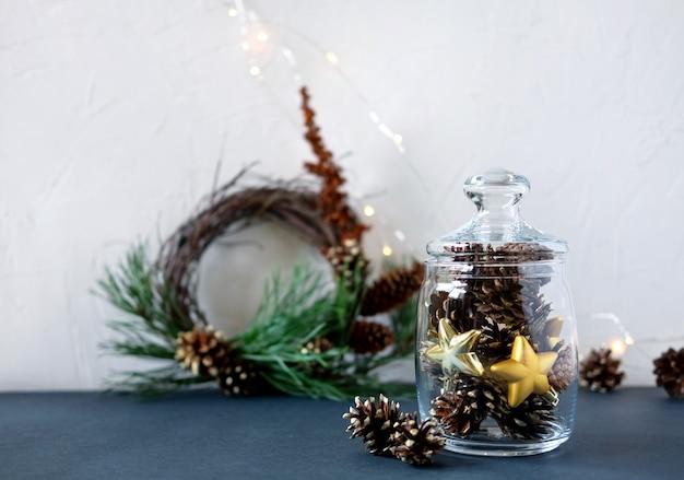 Новогоднее украшение на столе.