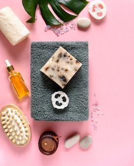 ピンクの表面にスパ化粧品と環境に優しいバスルームアクセサリー