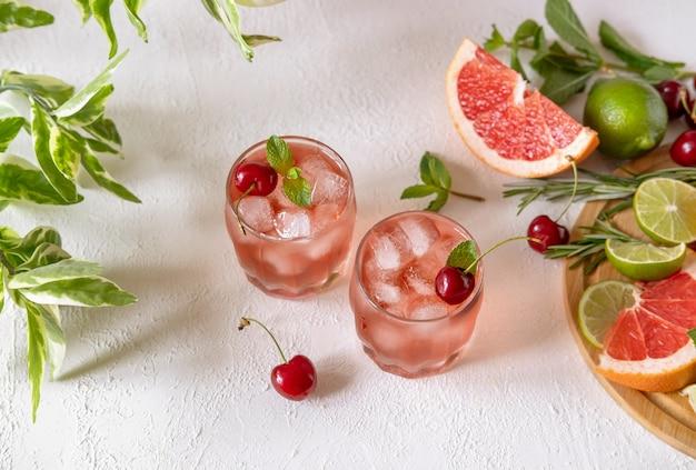 ピンクのシロップと甘さを増したチェリーのモクテル