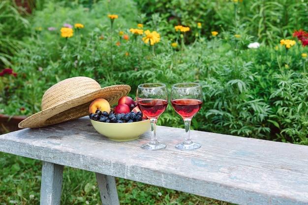 庭のワインの静物。