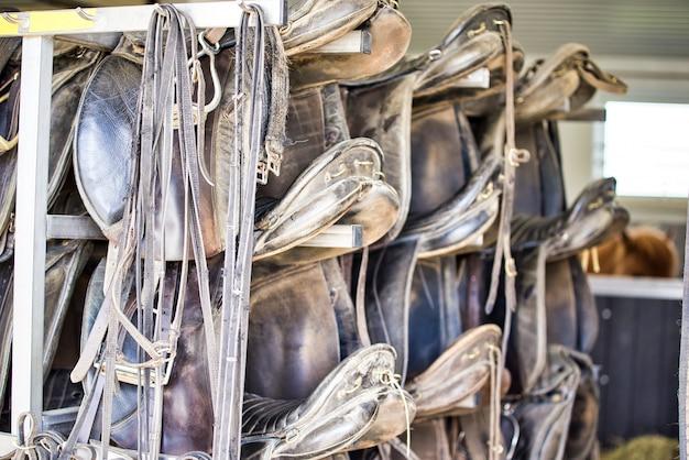 Грязные и пыльные края ремней и нерегулярные детали, такие как готовые сумки, седла для лошадей и другие коммунальные услуги. сложил.