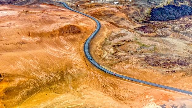 アイスランド北部の曲がりくねった道の空撮