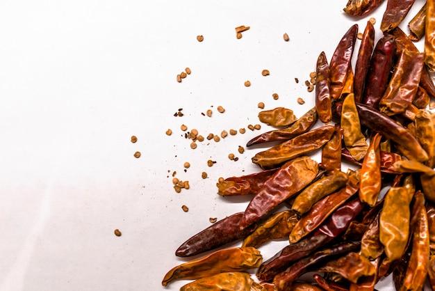 食品の背景として乾燥チリの多く。カイエンペッパーまたはパプリカ
