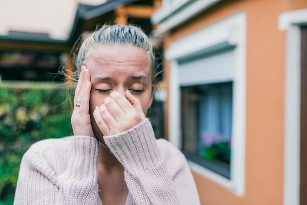 Нездоровая женщина в боли.